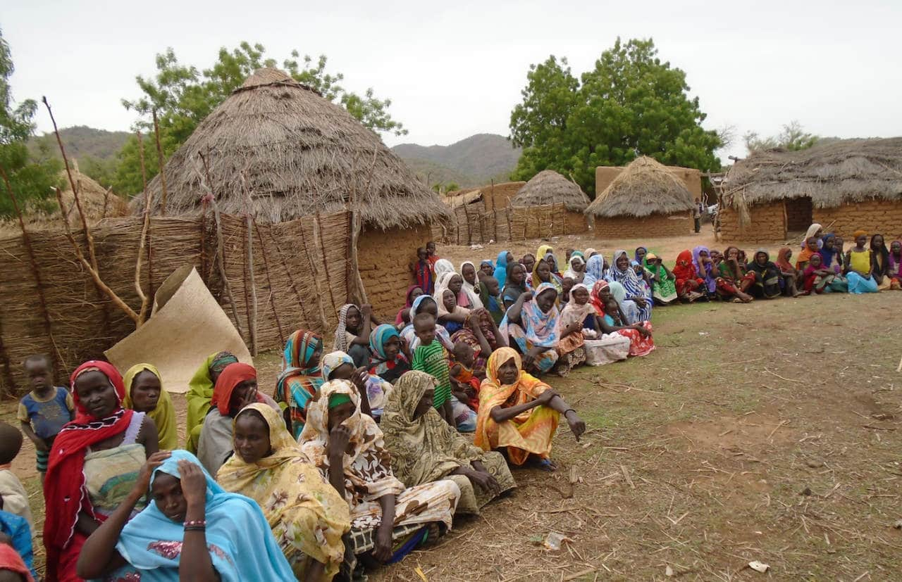 Village au Tchad. Prévenir la cécité est au coeur de la mission de l'Organisation pour la Prévention de la Cécité (OPC). L'OPC encourage le renforcement des systèmes de santé oculaire et lutte pour le droit à la vue des populations les plus négligées.